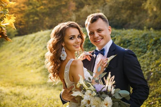 Noiva encaracolada elegante e noivo elegante Foto Premium
