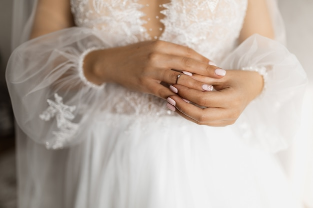 Noiva está colocando o anel de noivado Foto gratuita