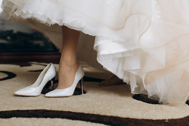 Noiva está usando seus saltos de noiva Foto gratuita