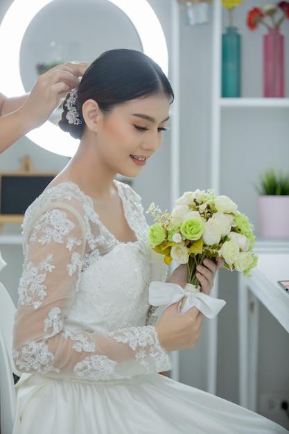 Noiva fazer o cabelo com vestido Foto gratuita