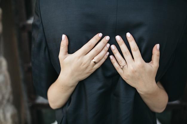 Noiva feliz abraça o marido Foto gratuita