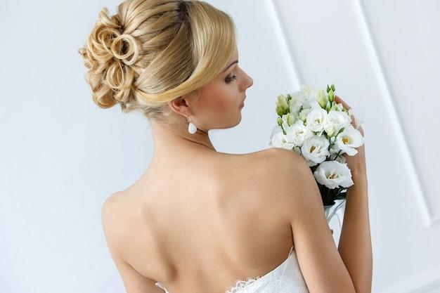Noiva linda com buquê Foto gratuita