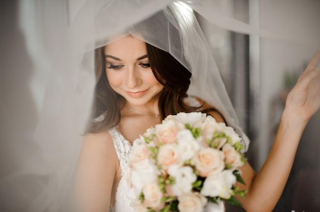 Noiva linda com maquiagem elegante vestido branco Foto Premium
