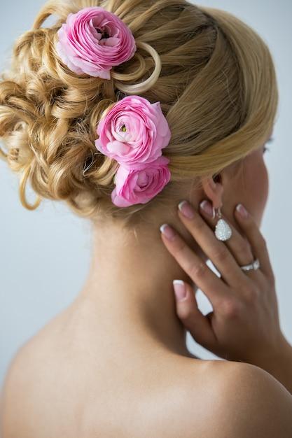 Noiva linda com rosas no cabelo Foto gratuita