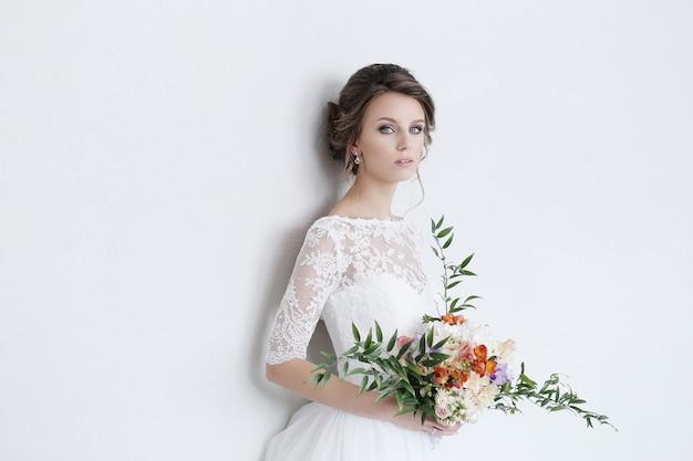 Noiva linda com vestido branco Foto gratuita