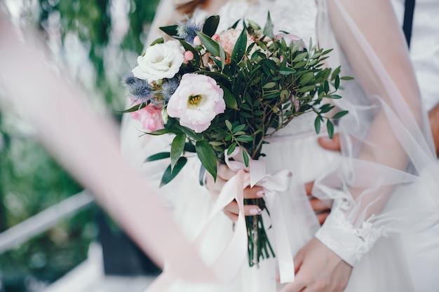 Noiva linda em um vestido de noiva branco Foto gratuita
