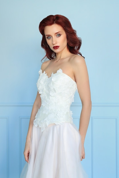 Noiva linda em vestido de noiva branco Foto gratuita