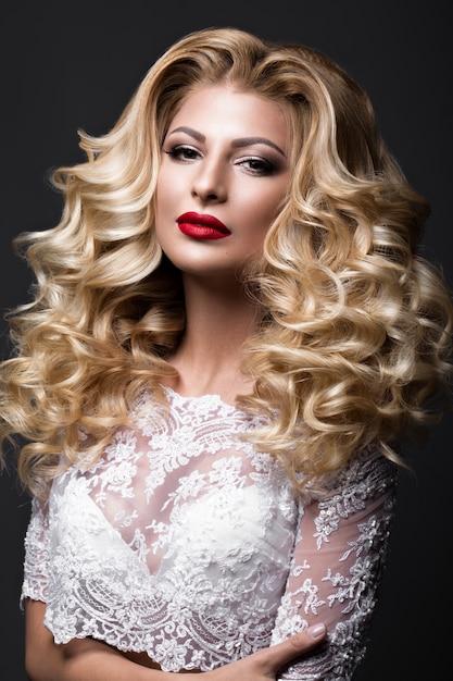 Noiva loira linda imagem de casamento com cachos, lábios vermelhos. rosto bonito. Foto Premium