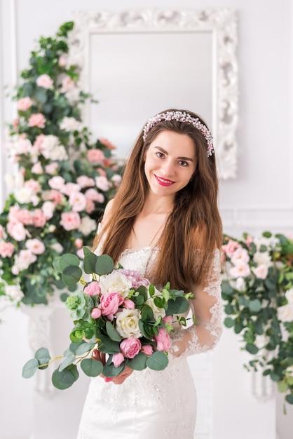 Noiva moda casamento com buquê nas mãos Foto Premium