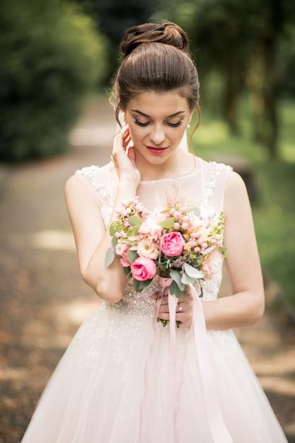 Noiva no dia do casamento Foto gratuita