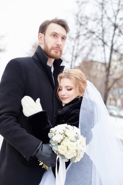 Noiva noivo, abraçando, e, beijando, em, inverno Foto Premium