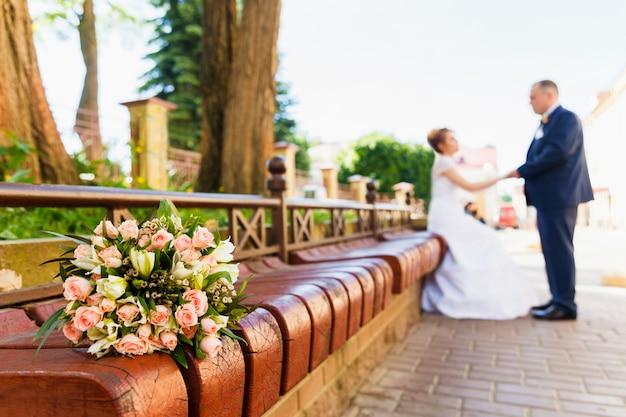 Noiva noivo, com, noiva, buquet Foto Premium