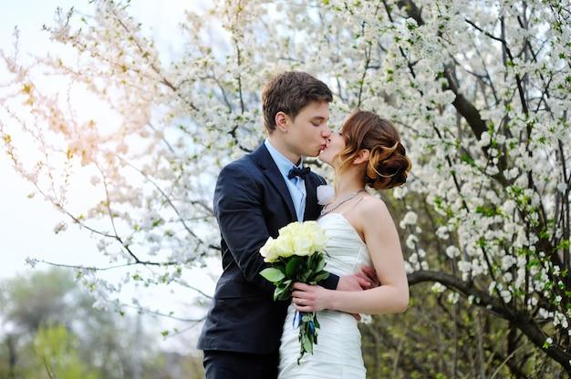 Noiva noivo, com, um, buquet, de, andar, em, a, verão, parque Foto Premium