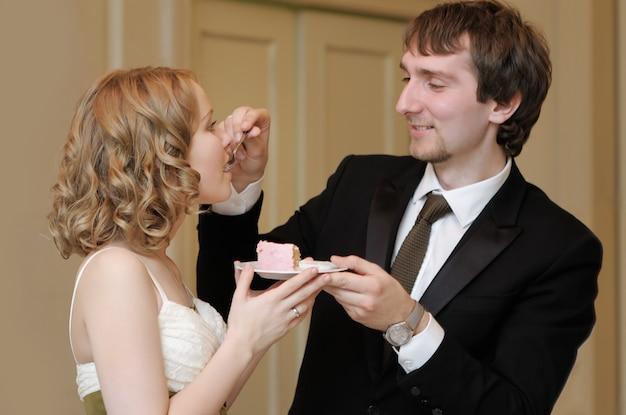 Noiva noivo, comer, seu, doce, bolo casamento Foto Premium