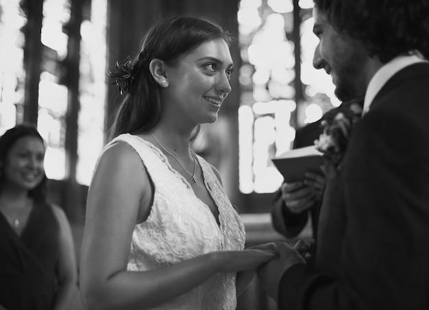 Noiva noivo, em, a, altar Foto Premium