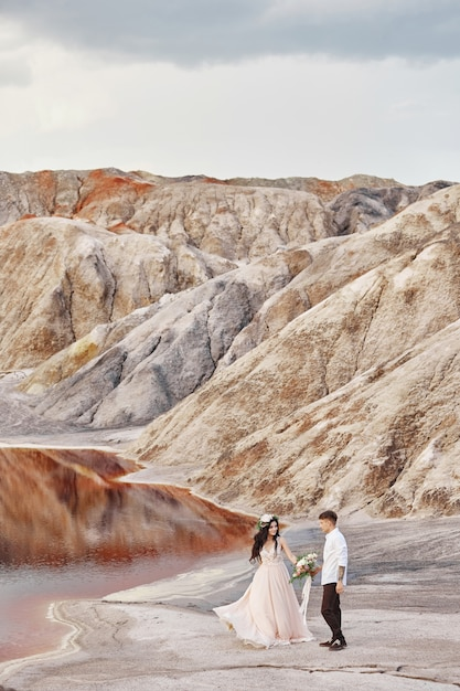 Noiva noivo, passeio, ao longo, a, vermelho, montanhas Foto Premium