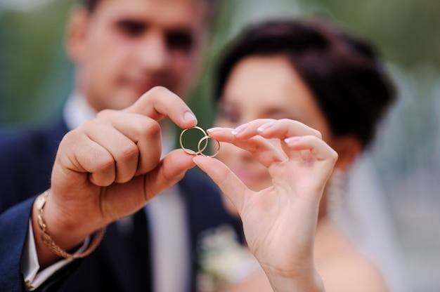 Noiva noivo, segurando, mãos, em, um, anel Foto Premium