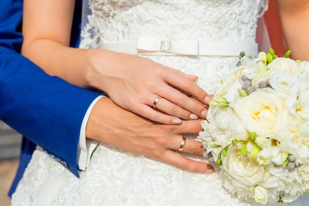 Noiva noivo, segurando, mãos Foto Premium