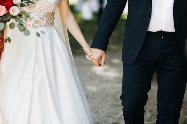 Noiva noivo, segure, cada, outro, mãos, ficar, antes de, a, arco Foto gratuita