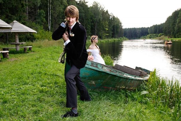 Noiva noivo, tendo divertimento Foto Premium