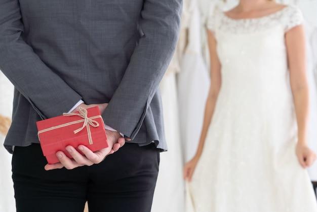 Noiva noivo vestido de noiva em cerimônia de casamento. Foto Premium
