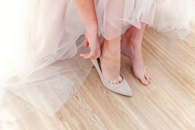 Noiva prepare-se para cerimônia usando sapatos bonitos a pé no dia do casamento Foto Premium