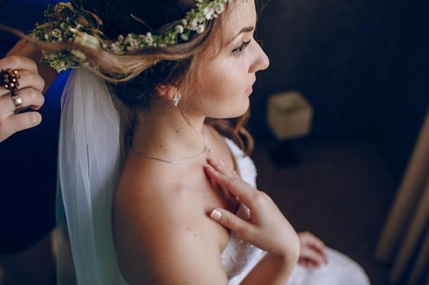 Noiva que tem o cabelo feito Foto gratuita