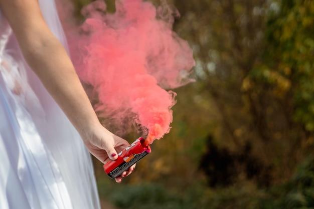 Noiva segura bomba de fumaça nas mãos, o conceito de relações familiares Foto Premium