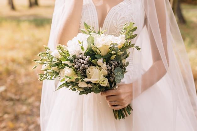 Noiva segurando seu buquê Foto Premium