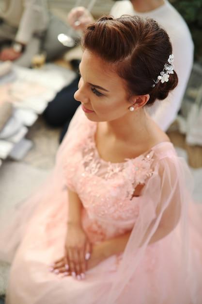 Noiva vestido rosa Foto gratuita