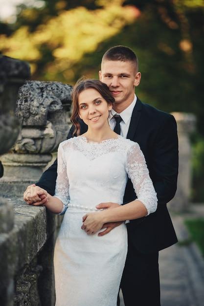 Noivo bonito e sua noiva linda na velha varanda Foto Premium