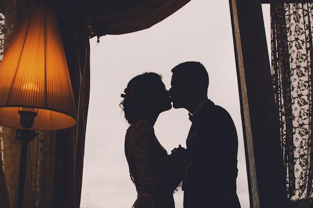 Noivo e noiva em um hotel Foto gratuita