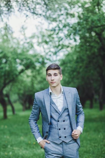 Noivo elegante em traje Foto Premium