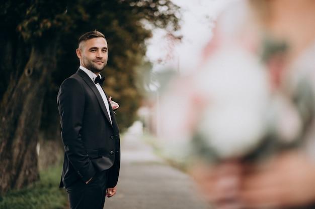 Noivo em uma sessão de fotos de casamento Foto gratuita