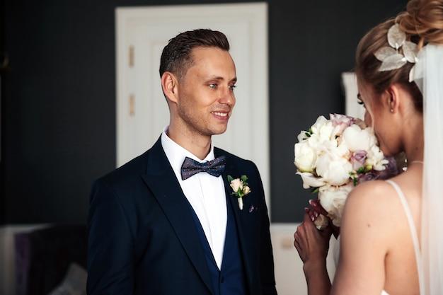 Noivo está olhando para sua linda noiva Foto gratuita