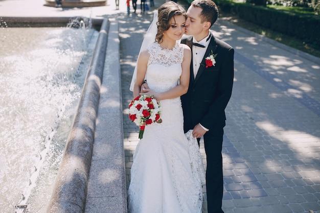 Noivo feliz beijando a bochecha de noiva Foto gratuita