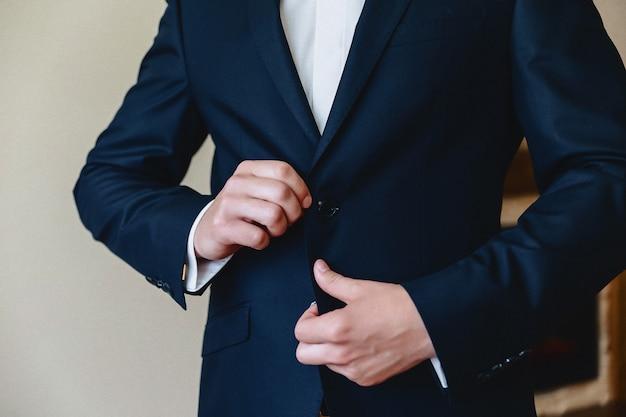 Noivo reunião, detalhes, jaqueta, sapatos, relógios e botões no dia do casamento Foto Premium