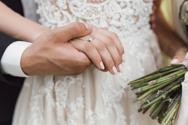 Noivo segura uma noiva para a mão Foto gratuita
