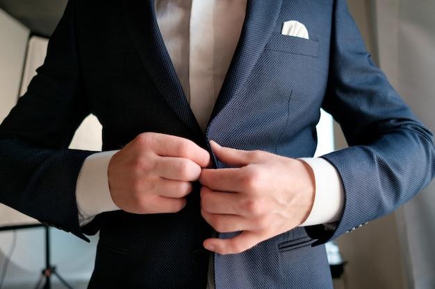 Noivo vestido no dia do casamento Foto Premium
