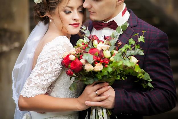 Noivos de mãos dadas. casamento. Foto Premium