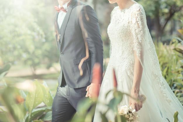 Noivos felizes em seu casamento. cor de tom vintage Foto Premium
