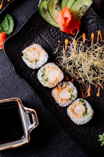 Nori de sushi com molho de soja dentro da placa preta. Foto gratuita