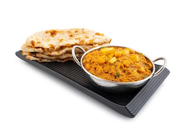 Norte da índia cozinha saudável chole paneer em fundo branco Foto Premium