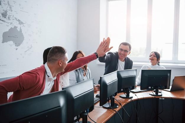 Nós conseguimos. jovens que trabalham no call center. novos negócios estão chegando Foto gratuita