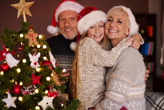 Nossa linda árvore de natal e amada família Foto gratuita