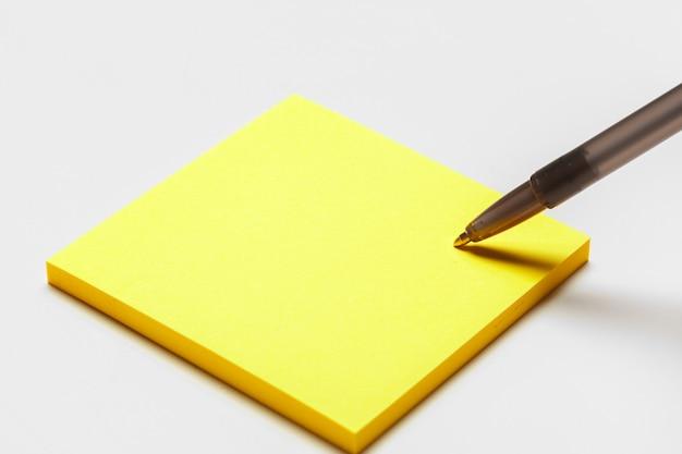 Nota de bloco de notas em branco com caneta close-up Foto Premium
