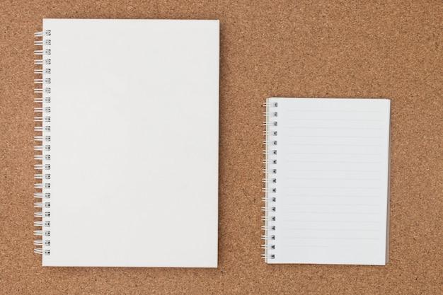 Nota livro de papel na placa de cortiça. Foto Premium