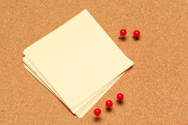 Nota pegajosa fixada na placa de cortiça com tachinhas Foto Premium