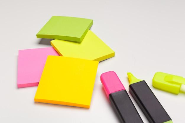 Notas autoadesivas com marcadores Foto Premium