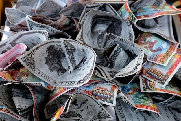 Notas bancárias falsas usadas em oferta espiritual Foto Premium